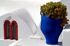 Santorini blommor i urnor Arkivbild