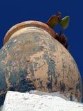 Santorini blommor i urnor royaltyfria bilder