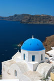 Santorini clássico - a igreja azul do telhado, a lavagem branca mura Grécia Fotografia de Stock Royalty Free