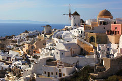 Santorini com os moinhos de vento em Oia, Greece Fotografia de Stock Royalty Free