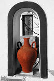 Santorini con il vaso greco tradizionale nel windo Immagine Stock Libera da Diritti