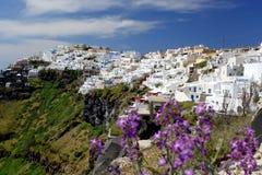 Santorini con la ciudad de Fira en Grecia Imagen de archivo libre de regalías