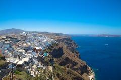 Santorini, Creta, Gr?cia: Ilha Thira, Santorini Vista do vulc?o Casas brancas bonitas contra um c?u azul fotografia de stock royalty free