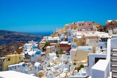 Santorini, Creta, Gr?cia: Ilha Thira, Santorini Vista do vulc?o Casas brancas bonitas contra um c?u azul foto de stock royalty free