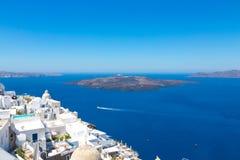Santorini, Creta, Gr?cia: Ilha Santorini Vista do vulc?o Casas brancas bonitas contra um c?u azul e foto de stock royalty free