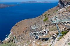Santorini, Creta, Grecia: Isola Thira, Santorini Vista del vulcano Teleferica funicolare contro un cielo blu e fotografie stock