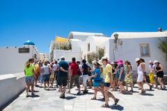 Santorini, Creta, Grecia: Via con i turisti in isola Santorini fotografie stock