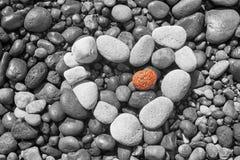 Santorini - détail de pemza de plage de Bleck avec le coeur blanc Photo stock