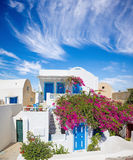 Santorini - das gewöhnlich wenige Haus und das Yard mit blüht ihm in Oia Lizenzfreie Stockbilder