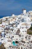 Santorini - de blik aan een deel van Oia met de windmolens Stock Foto