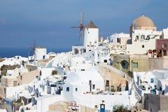 Santorini - de blik aan een deel van Oia met de windmolens Stock Fotografie