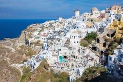 Santorini - de blik aan een deel van Oia met de windmolens Royalty-vrije Stock Fotografie