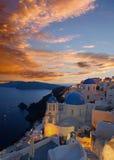 Santorini - de blik aan typisch blauwe kerkkoepels in Oia over de caldera en het Therasia-eiland Royalty-vrije Stock Afbeelding