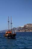 Santorini - de boot van het Zeil Stock Fotografie