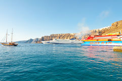 SANTORINI- 28 DE JULIO: Ferrys llega al puerto de Thira el 28 de julio de 2014 en la isla de Santorini (Thera), Grecia Imágenes de archivo libres de regalías