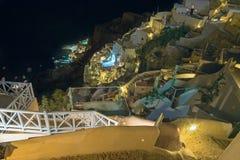Santorini - der Blick von der Stadt unten, zum von Amoudi in Oia zu beherbergten Stockfotos