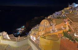 Santorini - der Blick von der Stadt unten, zum von Amoudi in Oia zu beherbergten Stockbilder