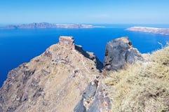 Santorini - der Blick von Imerovigli zum Skaros-Schloss mit der Oia- und Therasia-Insel Lizenzfreies Stockfoto