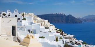 Santorini - der Blick von Oia über Luxus-Resorts zum Osten mit dem Skaros-Schloss Lizenzfreies Stockfoto
