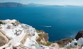 Santorini - der Blick von Oia zum Osten mit dem Imerovigli und dem Scaros im Hintergrund Stockfoto