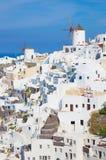 Santorini - der Blick zum Teil von Oia mit den Windmühlen Stockbild