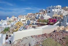 Santorini - der Blick zum Teil von Oia mit den Windmühlen vom citadella Lizenzfreie Stockfotografie