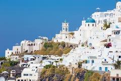 Santorini - die Aussicht über dem Imerovigili zum Kessel mit der Therasia-Insel im Hintergrund Stockfotos