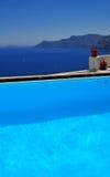 Santorini durch das Pool Lizenzfreies Stockfoto