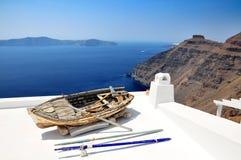 In Santorini, een oude boot op het dak van het gebouw Panorama van Fira royalty-vrije stock afbeeldingen