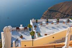 Santorini, ein Kaffee, der das Meer übersieht Lizenzfreie Stockfotografie