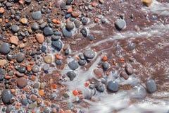 Santorini - el detalle del pemza de la playa roja Fotos de archivo libres de regalías