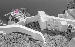 Santorini - el restaurante adaptado a casarse el comensal romántico en Oia (Ia) y el yate debajo de los acantilados Fotografía de archivo libre de regalías