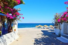 Santorini för sikt för sommarstrandbana ö Grekland royaltyfria bilder
