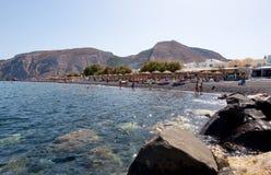 SANTORINI, FIRA- 28 DE JULIO: Los turistas toman el sol en la playa en julio 28,2014 de Kamari en la isla de Santorini (Thira), G Fotografía de archivo
