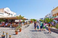 SANTORINI, FIRA- 28. JULI: Einkaufsstraße 28,2014 im Juli in Fira auf der Santorini-Insel, Griechenland Lizenzfreies Stockfoto