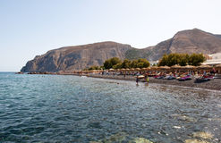 SANTORINI, FIRA- 28. JULI: Touristen nehmen auf dem Kamari-Strand 28,2014 im Juli auf dem Santorini (Thira), Griechenland ein Son Stockbilder