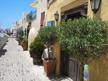 18 06 2015, Santorini, Grèce, belle rue et bleu romantiques Images stock
