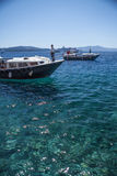 SANTORINI/GRÈCE - 3 JUILLET 2012 : Embarcations de plaisance sur la mer. Photo libre de droits