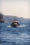 SANTORINI, GRÈCE - 30 JUIN : Bateaux touristiques dans le port sur Ju Image stock