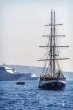 SANTORINI, GRÈCE - 30 JUIN : Bateaux touristiques dans le port sur Ju Photos stock