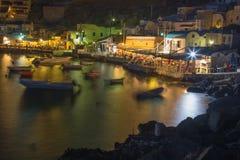 SANTORINI, GRÈCE - 5 OCTOBRE 2015 : Le port d'Amoudi à Oia la nuit Photos libres de droits