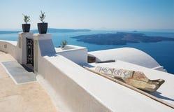 SANTORINI, GRÈCE - 7 OCTOBRE 2015 : Les perspectives au-dessus de la promenade dans Imerovigili à la caldeira avec l'île de Nea K Images libres de droits