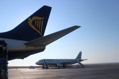 Santorini, Grécia, o 9 de julho de 2018: Cauda de um avião de Ryanair Boeing 737 no aeroporto de Santorini em Grécia fotografia de stock royalty free