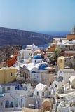 Santorini, Grécia, o 19 de outubro de 2018 vista bonita com as igrejas em Oia, Santorini, Cyclades imagem de stock royalty free