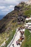 Santorini, Gr?cia, em abril de 2019 Cavalos e asnos na ilha de Santorini - o transporte tradicional para turistas Animais sobre imagem de stock