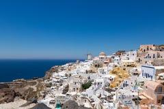 Santorini, Gr?cia: Ilha Santorini Casas brancas bonitas contra um c?u azul e um mar fotos de stock