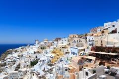 Santorini, Gr?cia: Ilha Santorini Casas brancas bonitas contra um c?u azul e um mar foto de stock
