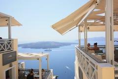 SANTORINI, GRECIA - 16 AGOSTO: Pomeriggio idilliaco in Fira con la vista alle isole vulcaniche il 16 agosto 2015 Fotografia Stock Libera da Diritti
