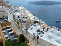 18 06 2015, Santorini, Grecia Bello paesaggio urbano romantico, ristoranti Immagine Stock Libera da Diritti