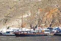 Santorini, Grecia, el 24 de septiembre de 2018, velero antiguo hermoso llega en el puerto ocupado foto de archivo libre de regalías